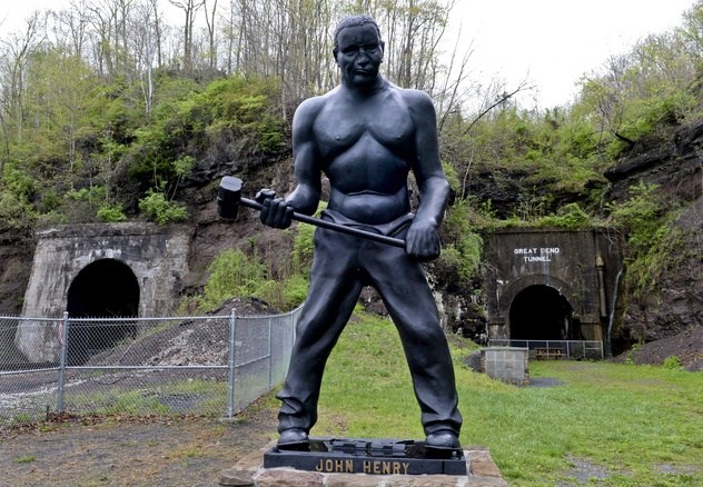 "Estatua de John Henry frente al ""Big Bend Tunnel"""